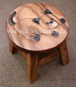 dřevěná stolička s vyrytým obrázkem kočky