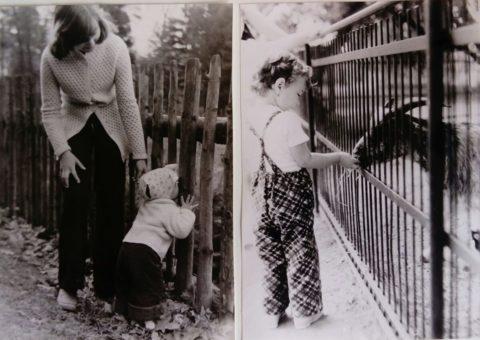 Jana jako malá holčička krmí zvířátka.